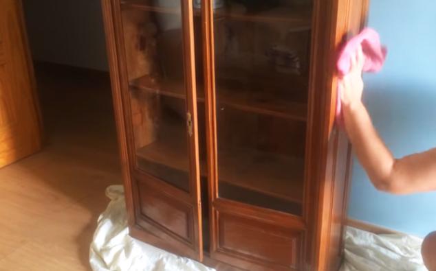 limpieza de mueble para restauración con tela