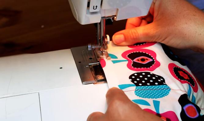 realización de costura final para bolsa de tela con arroz