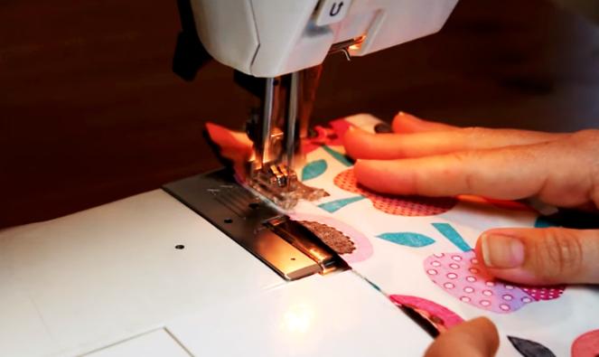 realización de primera costura para de bolsa de tela con arroz