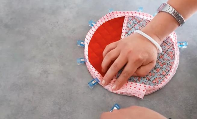 colocación de bies alrededor de pieza de tela para apoya pava