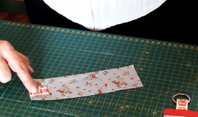 colocación de cinta en tela para llavero