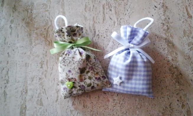 corte de cinta para bolsita de tela con lavanda