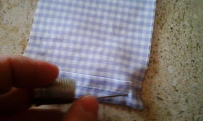 cosé el dobladillo de la tela para la bolsita con lavanda