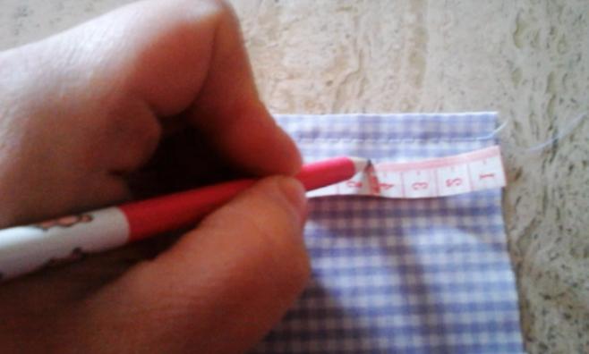 marcado de centro de dobladillo para bolsita de tela con lavanda