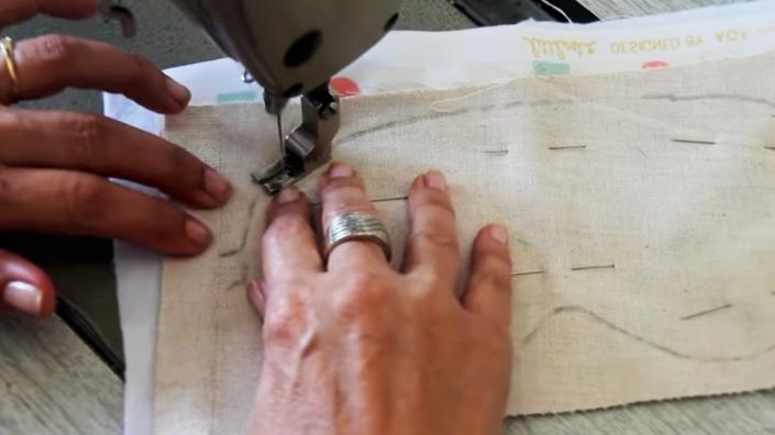 realización de primera costura para antifaz de tela