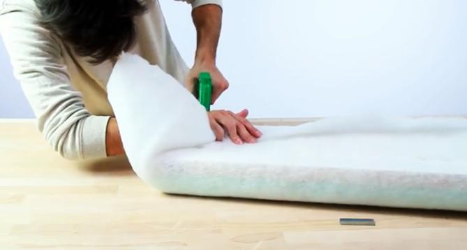 colocación de guata para banco de madera con tela