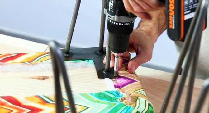 colocación de patas para banco de madera con tela