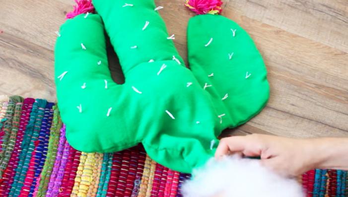colocación de relleno para almohadón de tela en forma de cactus