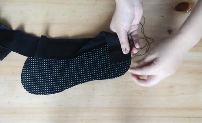corte y costura de tela sobre suela para pantufla de tela con forma de gatito