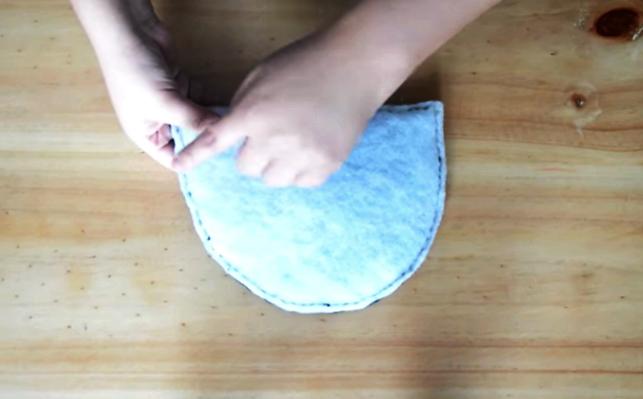 costura de pieza de tela y relleno para pantufla con forma de gatito