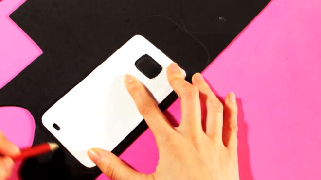 marcado de contorno de celular sobre tela para funda de celular en forma de lápiz