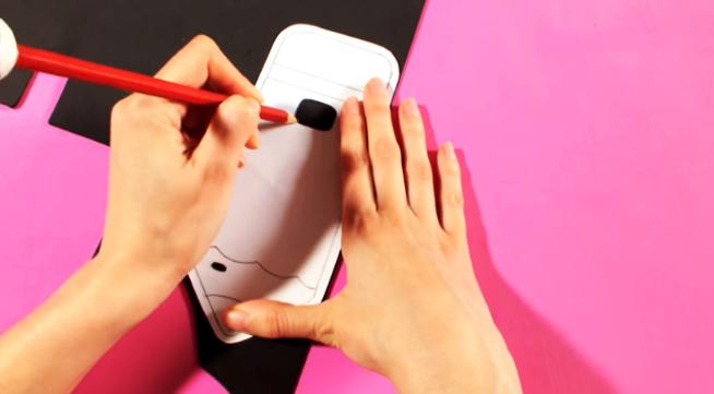 marcado de primer patrón sobre tela para funda de celular en forma de lápiz