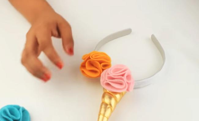 pegado de flores de tela a vincha de unicornio