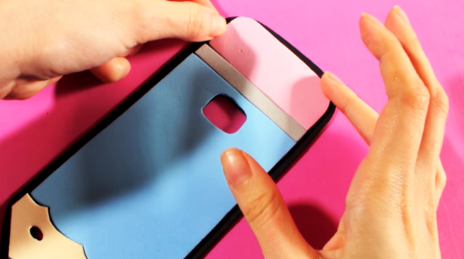 pegado de piezas de tela para funda de celular en forma de lápiz