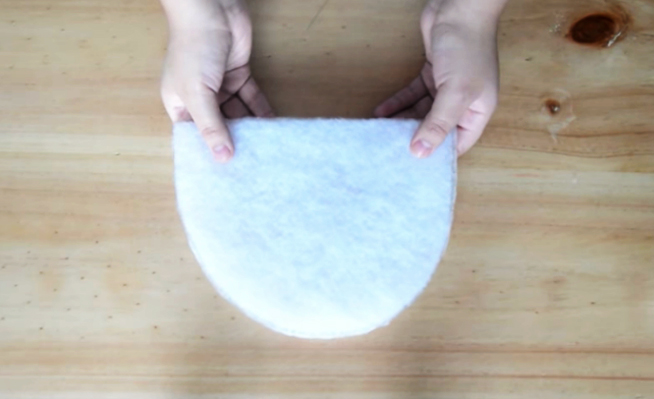 realización de relleno para pantufla de tela con forma de gatito