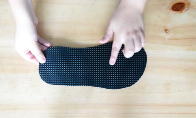 realización de suela para la pantufla de tela con forma de gatito