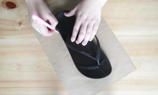 realización de primer patrón para pantuflas de tela con forma de gatito