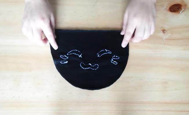 unión de piezas de tela para pantufla con forma de gatito