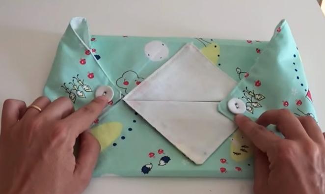 colocación de botones para funda de tela para caja de pañuelos