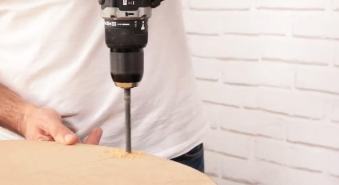 realización de agujeros en madera para puff de tela