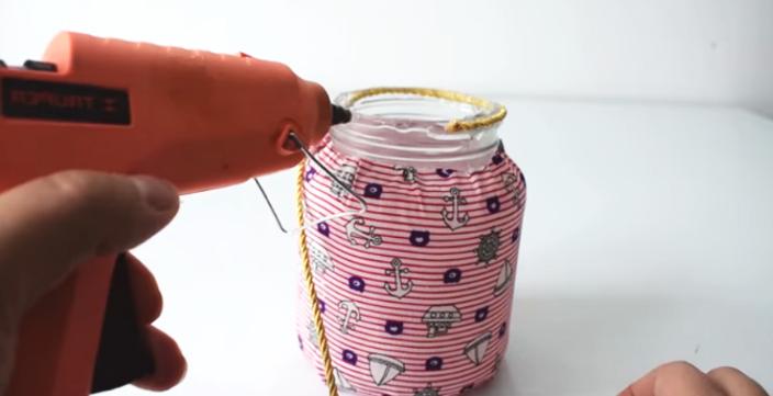 pegado de cinta decorativa para frasco decorado con tela