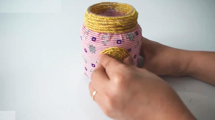 pegado de circulo decorativo a frasco de tela