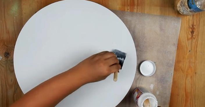 colocación de pegamento sobre base de mesa para reciclaje con tela