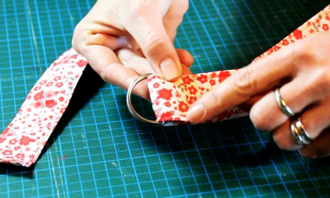 colocación de hebilla en extremo de cinturón de tela