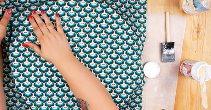colocación de tela sobre base de mesa para reciclaje
