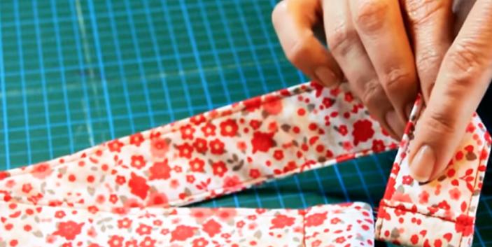 costura de doblez del primer extremo del cinturón