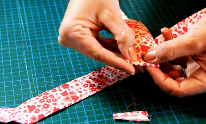 realización de doblez para cinturón de tela