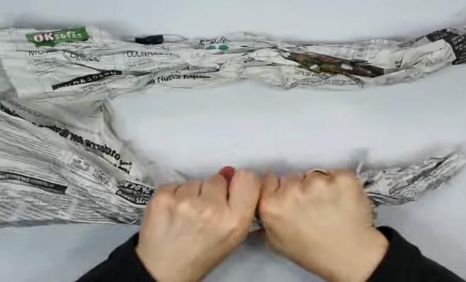 arrugado de papel de diario para corona navideña de tela