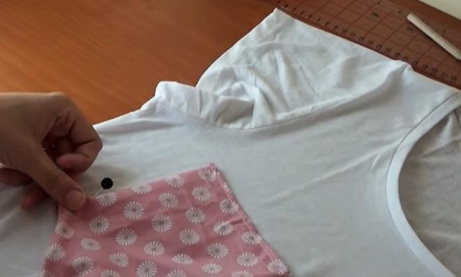 colocación de bolsillo en remera para costumización con tela