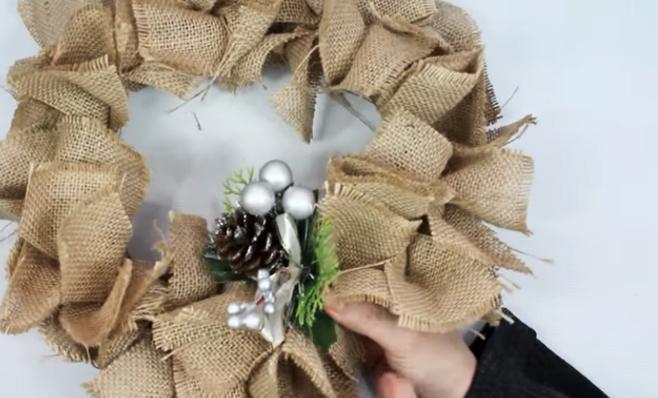 colocación de adornos navideños para corona de tela