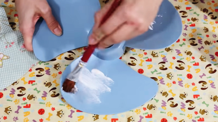 colocación de pegamento para decoración de ventilador con tela