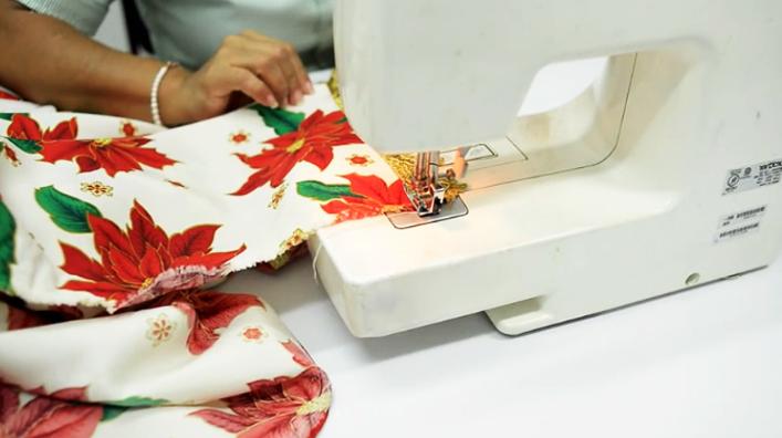 costura de cinta decorativa con tela para mantel navideño