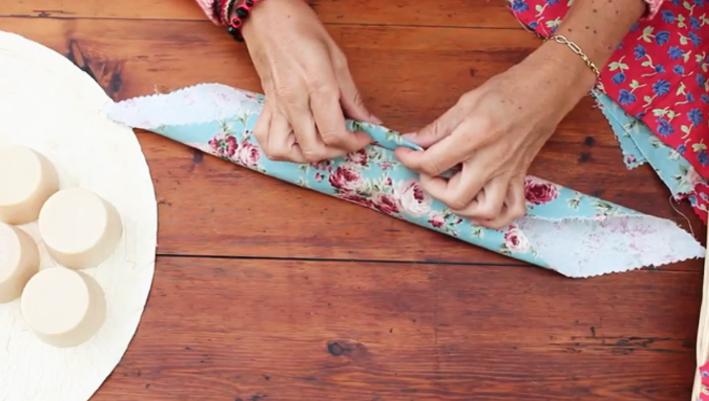 doblado de puntas de tela para empaquetado japones de regalos