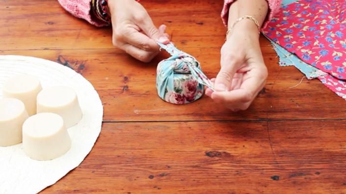 realización de nuedo final para empaquetado japones de tela para regalos