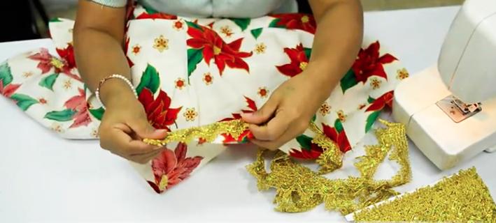 unión de cinta decorativa con tela para mantel navideño