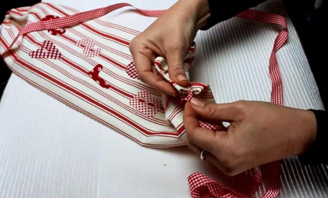 colocación de cinta decorativa para organizador de tela para bolsas de residuos