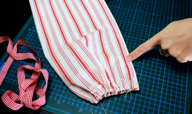 costura de unión de laterales de tela para organizador de bolsas de residuos