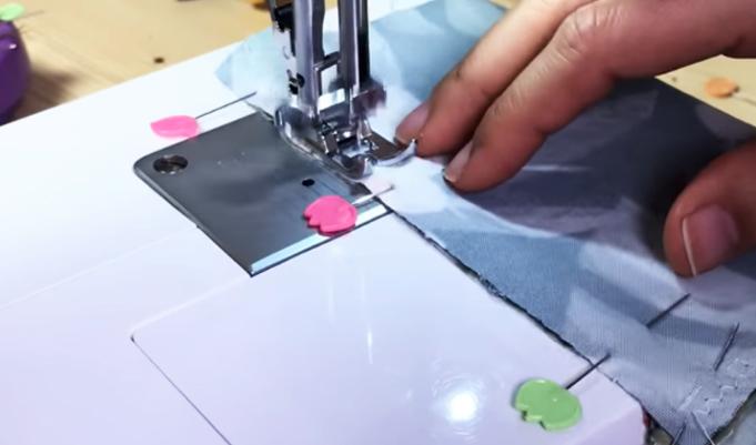 realización de segunda costura para porta celular de tela para brazo