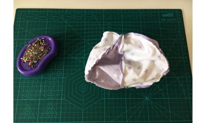 costura de unión de las tres piezas de tela para pelota