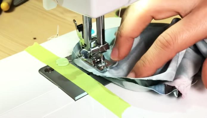 costura de uniones de lados superior e inferior de tela para porta celular para brazo