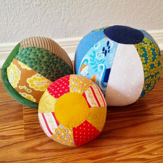 Cómo hacer una pelota de tela para bebés