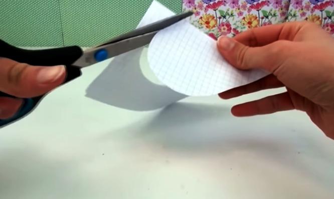 realización de corazón en papel para corazón de tela