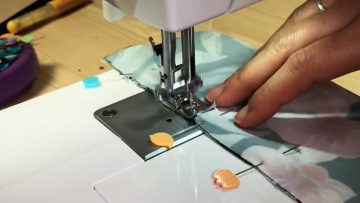 realización de costura de la unión de tela para porta celular para brazo