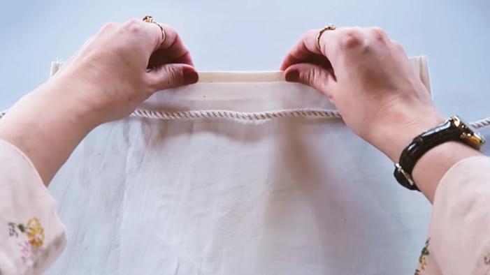 realización de dobladillo para listón para bolsa de tela para residuos de auto