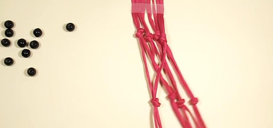 realización de nudos externos en tiras de tela para colgante de maceta