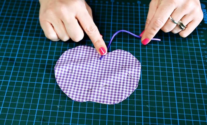 corte de cola de ratón para apoya vasos de tela en forma de manzana